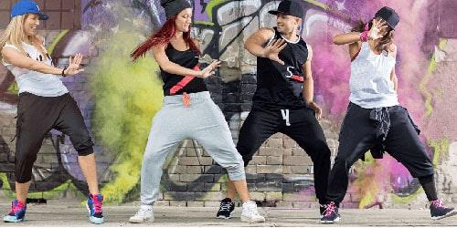 Хип-хоп — вкусный микс движений разных танцевальных направлений. Уличный танец не похож на своих собратьев. Здесь преобладает чувство ритма и самовыражение артиста.